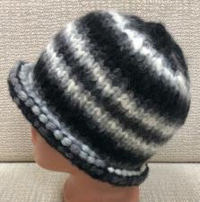 Вязаная шапка черно-белая.