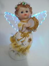 Ангелочек со светящимися крыльями.
